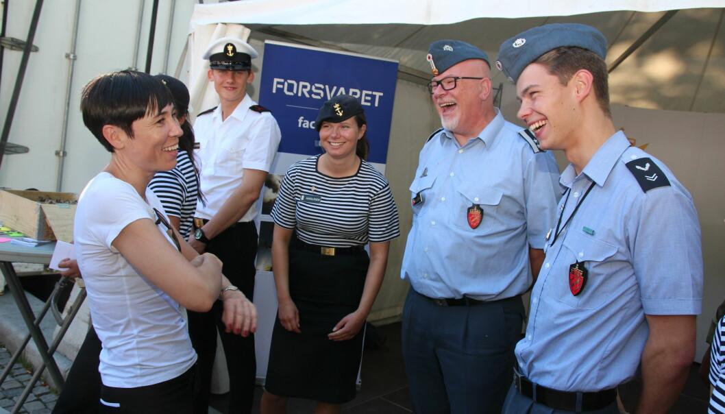 Forsvarsminister Ine Marie Søreide Eriksen besøkte Forsvarets stand på Oslo Pride fredag ettermiddag 30. juni.
