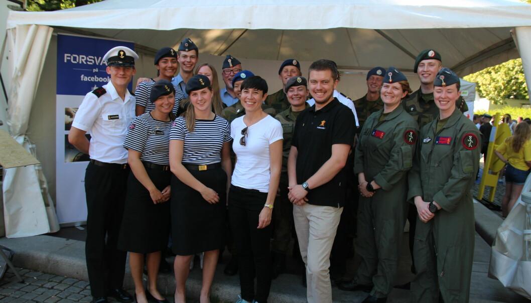 Jovial stemning på Forsvarets stand da forsvarsministeren kom på besøk.(foto: Betzy A K Thangstad)