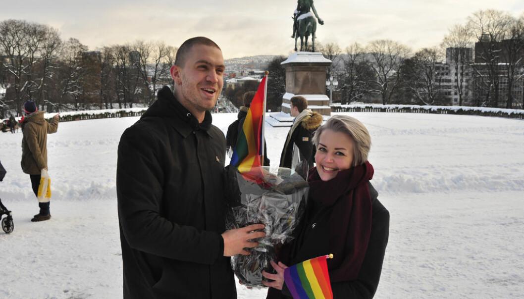 FRI-leder Ingvild Endestad og kommunikasjonsrådgiver Arne Andreas Opheim møtte på Slottsplassen i dag for å overrekke blomster og regnbueflagg til homoministeren.