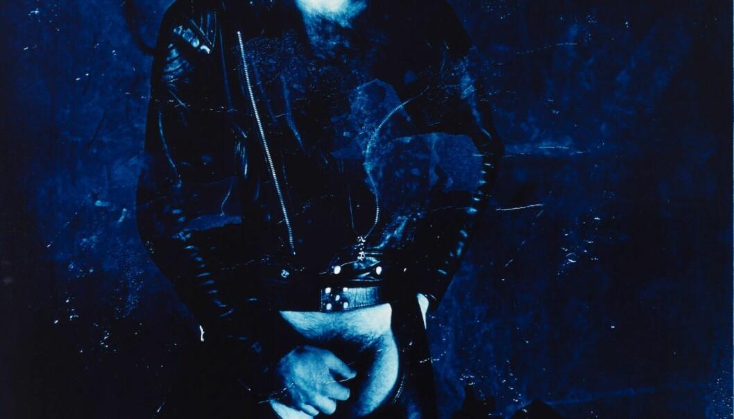 """Fin Serck-Hanssens bildeserie """"10 blå menn"""" ble nektet utstilt av DNF-48. I dag er han en svært anerkjent kunstfotograf som er innkjøpt av kjente museer, og han har hatt en rekke utstillinger i inn- og utland."""