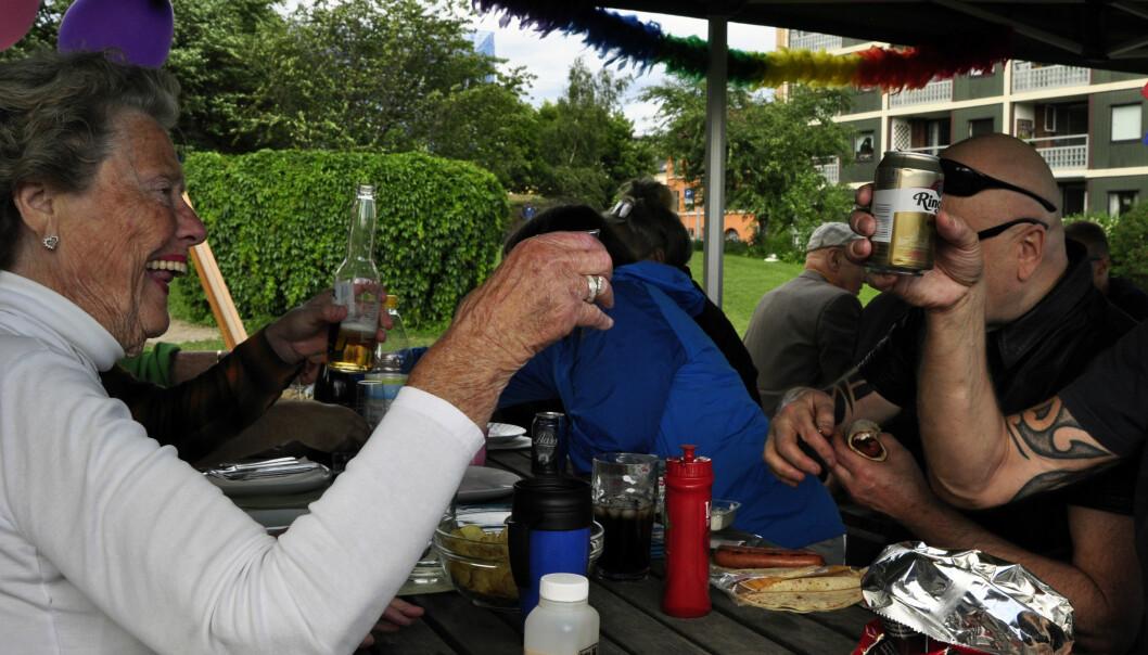 Immi Kristiansen hever glasset og skåler for at planen om å få Enerhaugen borettslag inn i paraden under Oslo Pride neste år. Foto: Reidar Engesbak.