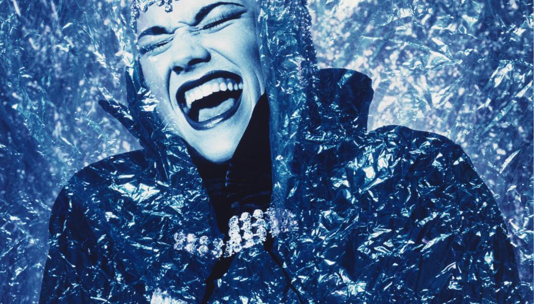 """Fin Serck-Hanssens serie """" 10 blå menn"""" ble stilt ut på den første offisielle homoutstillingen i Norge i 1985. Omstendighetene rundt disse bildene forteller en historie om hvor drastisk stemningen rundt skeiv kunst har endret seg siden 1985. Fin Serck-Hanssens forsøkte å henge opp plakat for utstillingen på Metropol, det viktigste møtestedet for norske homofile på 80-tallet, men plakaten ble refusert av Forbundet av 48, forgjengeren til FRI, som eide Metropol. De nektet også å henge opp utstillingsplakaten med bildet fra serien av lærmannen. Refuseringen var angivelig politisk begrunnet. Homomiljøet var konservativt og menn skulle kle seg pent med skjorte og slips, flott frisyre og høre på slagermusikk. Menn i dameklær, gummi og lær var tabu. Men på Café de Stilj fikk han vise bildene, og noen måneder senere deltok han med noen andre bilder på utstillingen """"Natt og dag"""". Serie var ment å synliggjøre homomangfoldet, et mangfold som ble for drøyt for homobevegelsen og refusert av våre egne. I dag er flere av bildene kjøpt opp av  blant annet av Nasjonalmuseet for kunst og inngår i den norske nasjonalkunstskatten."""