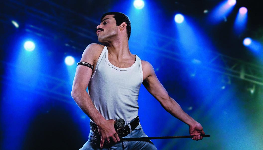 Alex Bailey som Freddie Mercury. Foto: Twentieth Century Fox.