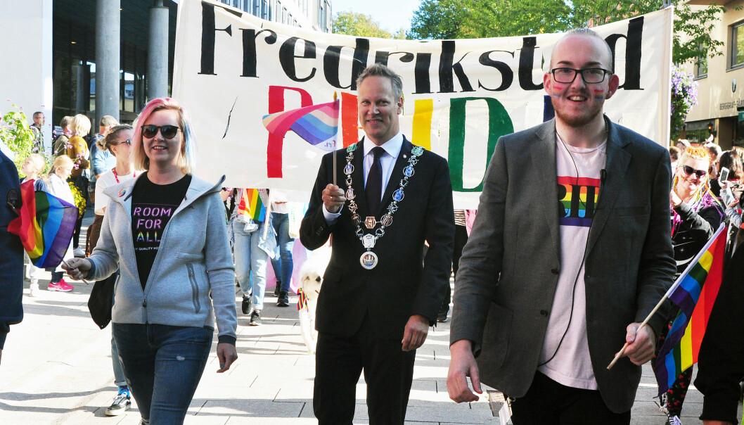 Fredrikstads ordfører Jon-Ivar Nygård og Kristoffer Lorang Mathisen under Fredrikstad Pride 2018. Foto: Reidar Engesbak.