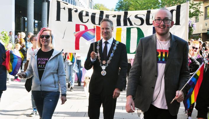 Fredrikstads ordfører Jon-Ivar Nygård og Kristoffer Lorang Mathisen under Fredrikstad Pride 2018.