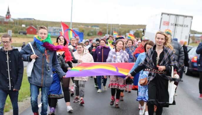 FRI-lederen Ingvild Endestad trekker også fram Sapmi pride, som for første gang ble arrangert i 2016, som inspirasjonskilde for de mange lokale pridene to år senere.