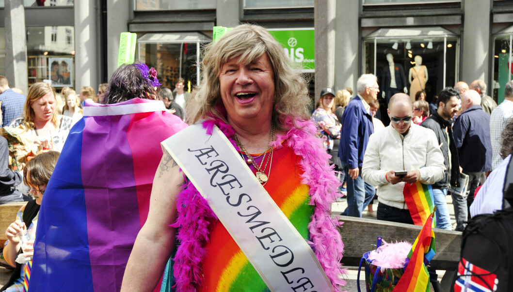 – Å kle meg ut somdame ved festlige anledninger har blitt en gimmick i mitt liv, sier Kenneth Brophy. Her. i paraden under Regnbuedagene i Bergen i 2016.