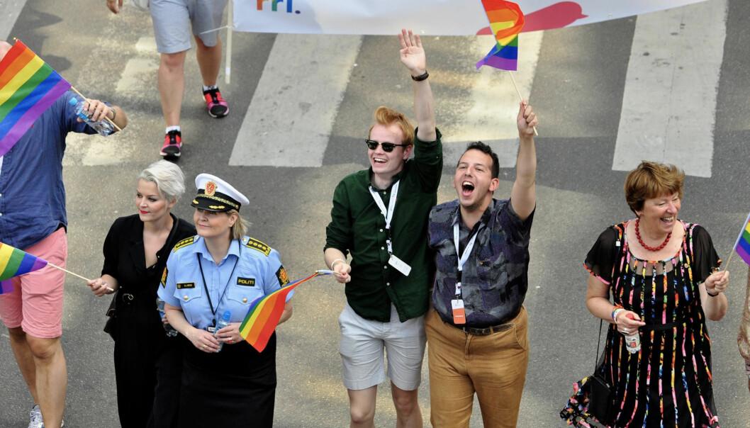 Yonas Bennour og Fredrik Dreyer flankert av blant andre FRI-leder Ingvild Endestad og ordfører Marianne Borgen i Oslo Pride-paraden i 2017. Foto: Reidar Engesbak.