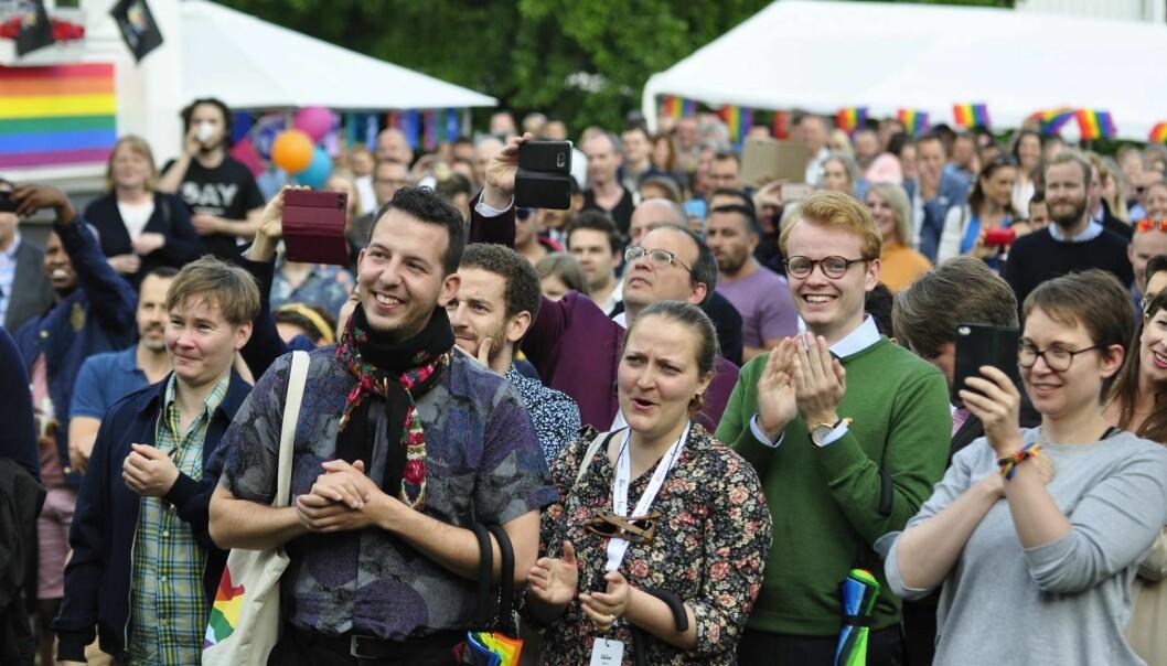 Yonas Bennour og Fredrik Dreyer på den årlige hagefesten hos Canadas ambassadør til Norge i anledning Oslo Pride. Foto: Reidar Engesbak.