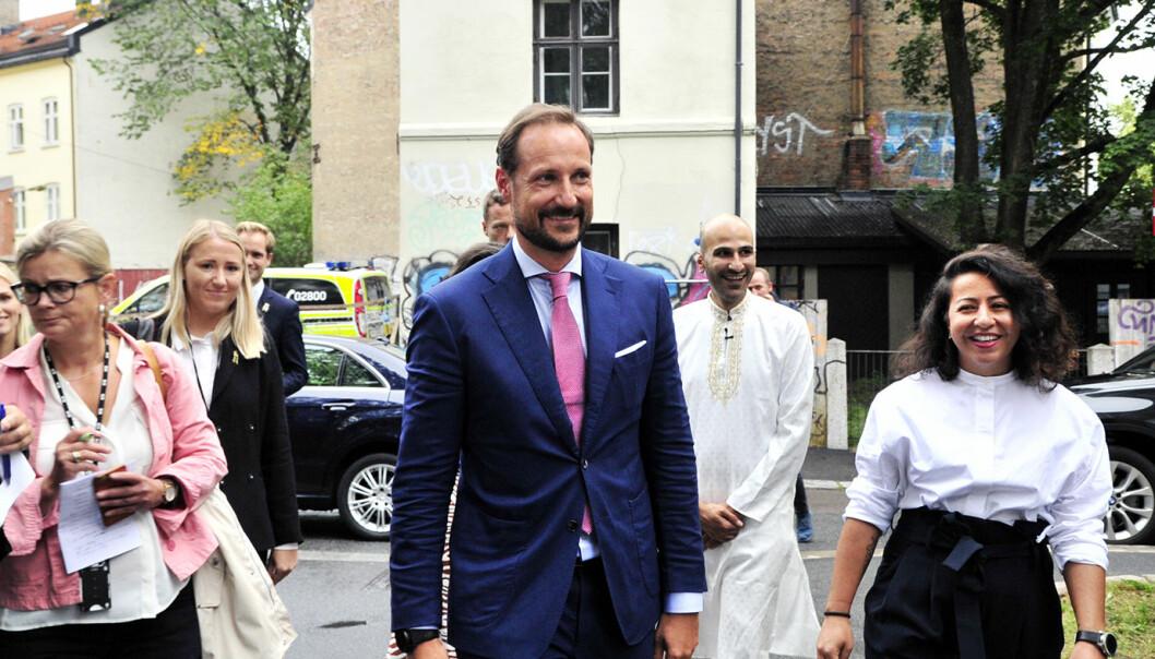 H.K.H. Kronprinsen sammen med assisterende generalsekretær Thee Yezen Al-Obaide og organisasjonsleder Hasti Hamidi. Foto: Reidar Engesbak.