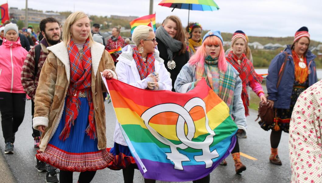 Sápmi Pride heter i år Saepmie Pride og for første gang foregår arrangementet på norsk sørsamisk side – i Trondheim. Bildet er fra paraden i Kautokeino i august 2016. Foto: Daniel Lynau.