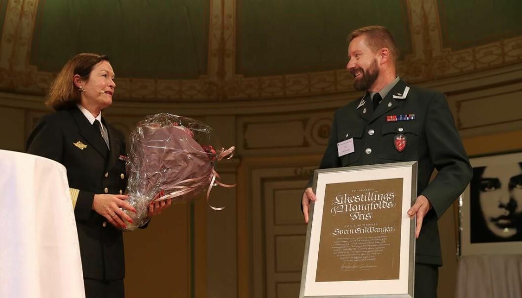 Viseadmiral Elisabeth Natvig delte ut Forsvarets likestilling- og mangfoldspris 2019 til Major Svein Erik Vangen. Foto: Torbjørn Kjosvold/Forsvaret.