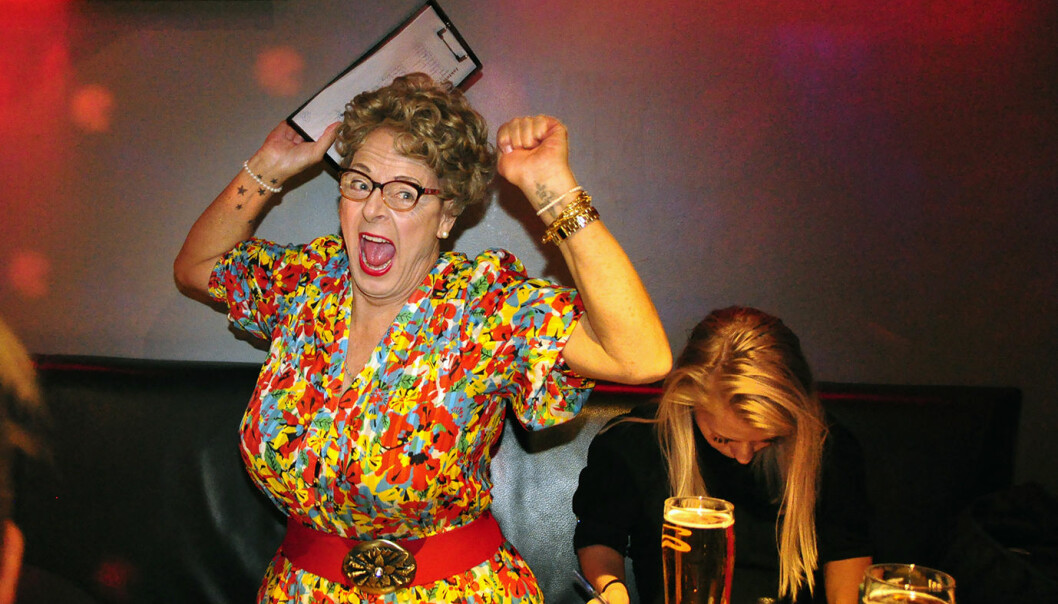Bjørg Muttern Münster var ivrig jurymedlem under Jakten på en karaokestjerne på London Pub. Foto: Reidar Engesbak.