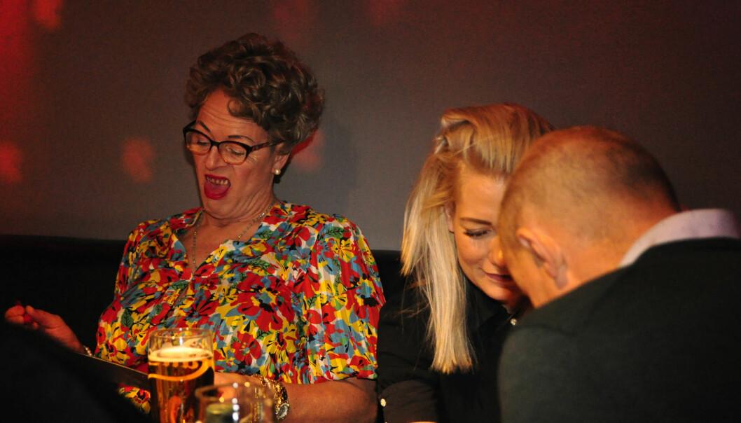 Muttern lukker øynene og lar gåsehuden ta over når juryen er samlet bak scenen. Foto: Reidar Engesbak.