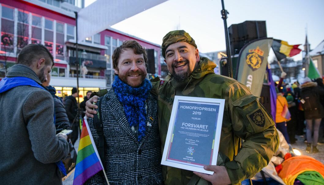Leder i Fri Troms, Alf-Inge Elvegård Selstad, delte ut prisen til Forsvaret ved Velferden på Skjold leir, her representert av Han-Tore Engstad. Foto: Tromsø Arctic Pride/Lars Åke Andersen.