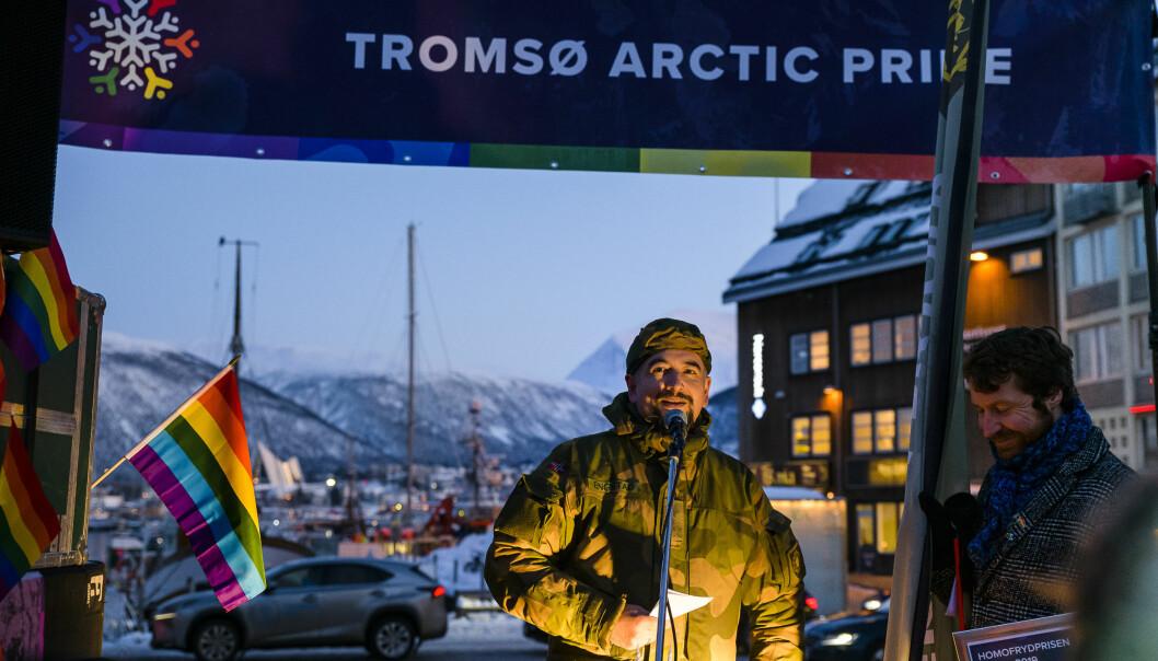 – Forsvaret har respekt, ansvar og mot som kjerneverdier, og pride gir en fin mulighet til å vise støtte til den bredden av seksuell orientering som finnes, sa Han-Tore Engstad. Foto: Tromsø Arctic Pride/Lars Åke Andersen.