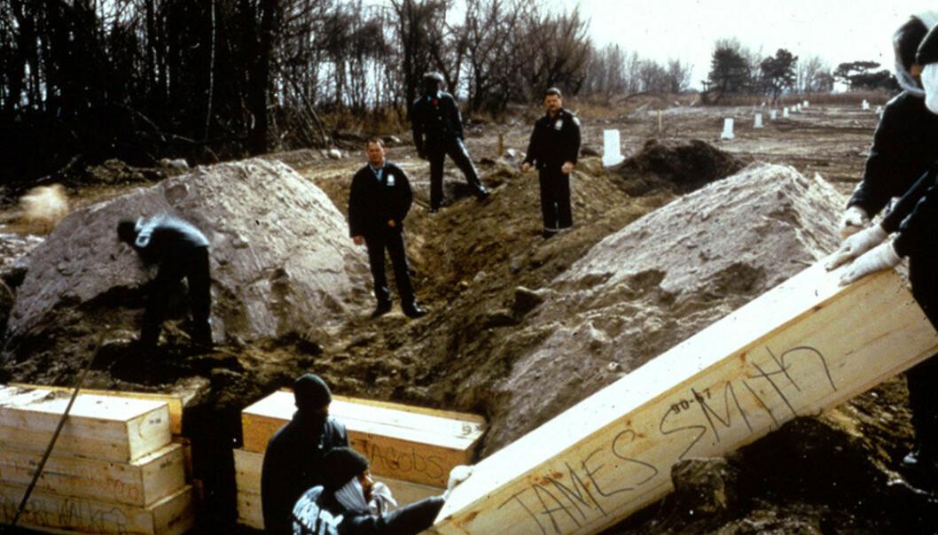 Fanger fra nærliggende Riker's Island sto for gravleggingsarbeidet. Voksne legges i furubokser som så stables med opptil tre i høyden og to i bredden.