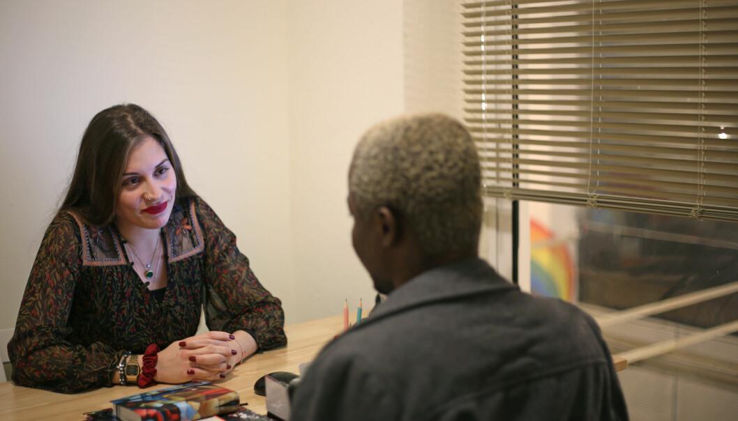 Lydia Mylonaki, fra Hellas, en av senterets psykologer, under et av de faste, månedlige rådgivingsmøtene med en av flyktningene.