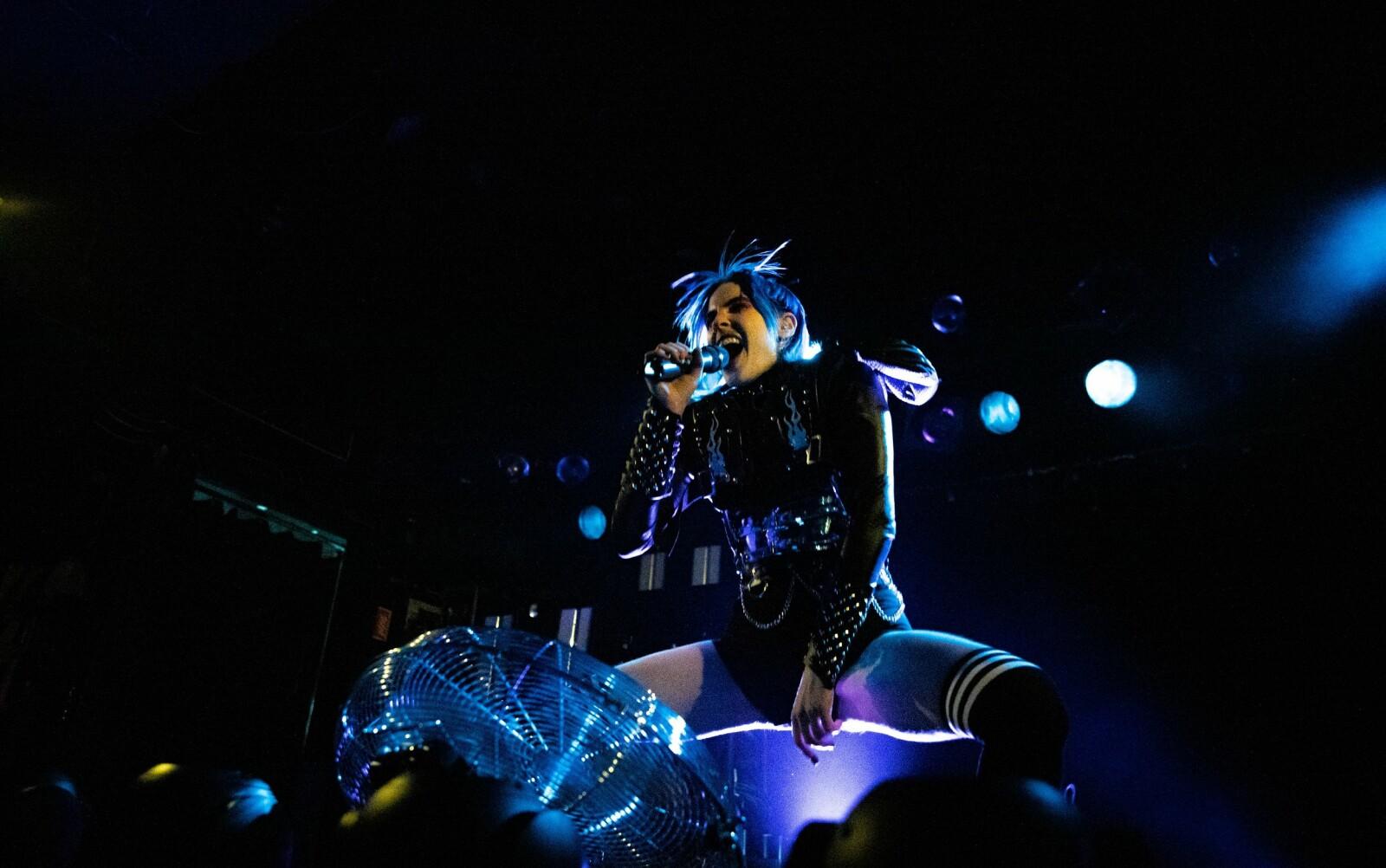 Dorian Electra ga ut albumet «Flamboyant» i juli i år. Til magasinet Paper, sier artisten at «den amerikanske pianisten og underholderen Liberace, med all sitt glitter, glam og prakt, var den viktigste inspirasjonen til musikkvideoen «Flamboyant.»