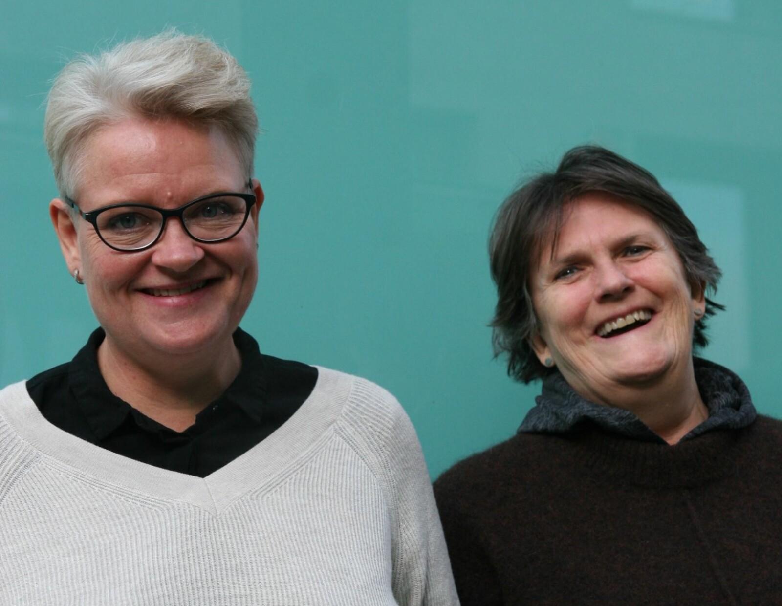 Det trenger ikke og er ikke bare vanskeligheter som møter sentblomstrende. –Kjærligheten og et skeivt nettverk er også innen rekkevidde, sier Linda Rønold (t.v.) og Anne Holter som jobber sammen om bokprosjektet «Komme ut sent».