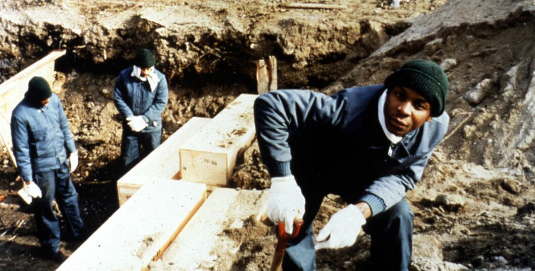 Bildene viser fanger som begraver lik i 1992.