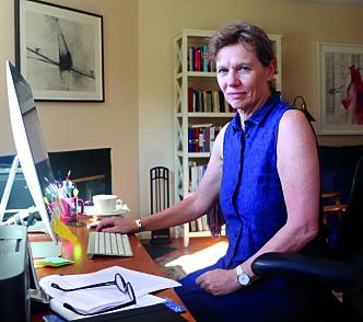 Kunstner Melinda Hunt har vært engasjert i situasjonen på Hart Island siden tidlig på 1990-tallet. Nå driver hun Hart Island Project.