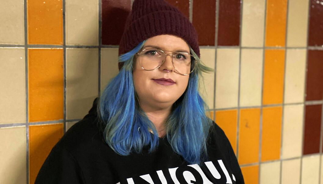 På Twitter presenterer Christine Marie Jentoft seg som «lesbe med utprega transtalent» og tilbyr foredrag, stand up og sine ferdigheter som frisør: @CJentoft på Twitter