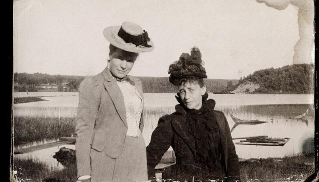 Selma Lagerlôf (t.v.) hadde et livslangt forhold til den seks år eldre forfatteren Sophie Elkan (t.h.) som hun skrev 3300 brev til. «Det er snakk om kyss og kjærtegn i brevene, men den fysiske tiltrekningen ble også omtalt som 'ugraset'», ifølge biografen Anna-Karin Palm. Her fotografert i 1895 i Sverige før de dro ut på «livets ferieresa».