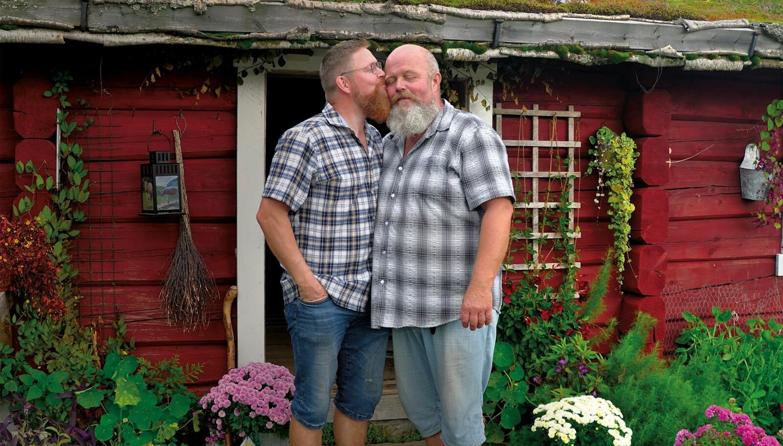 Roy Leirvik (t v) og Erik Fleischer har visst om hverandre siden de traff hverandre i Oslo i 2000. For fire år siden ble dyrlegen og bonden kjærester.
