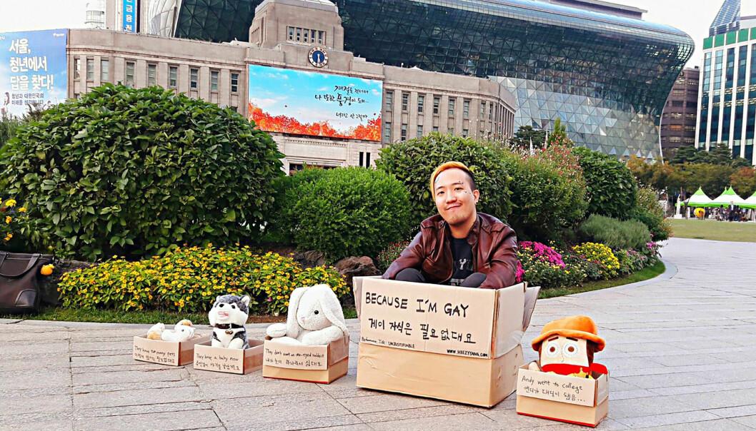 – Hjemløse i Sør-Korea synes ikke i gatebildet. Det gjør ikke homoseksualitet heller. Det som er fremmed for folk flest, er ikke et stort problem i Sør-Korea, sier Heezy Yang som kombinerte begge tabutema i protesten sin.