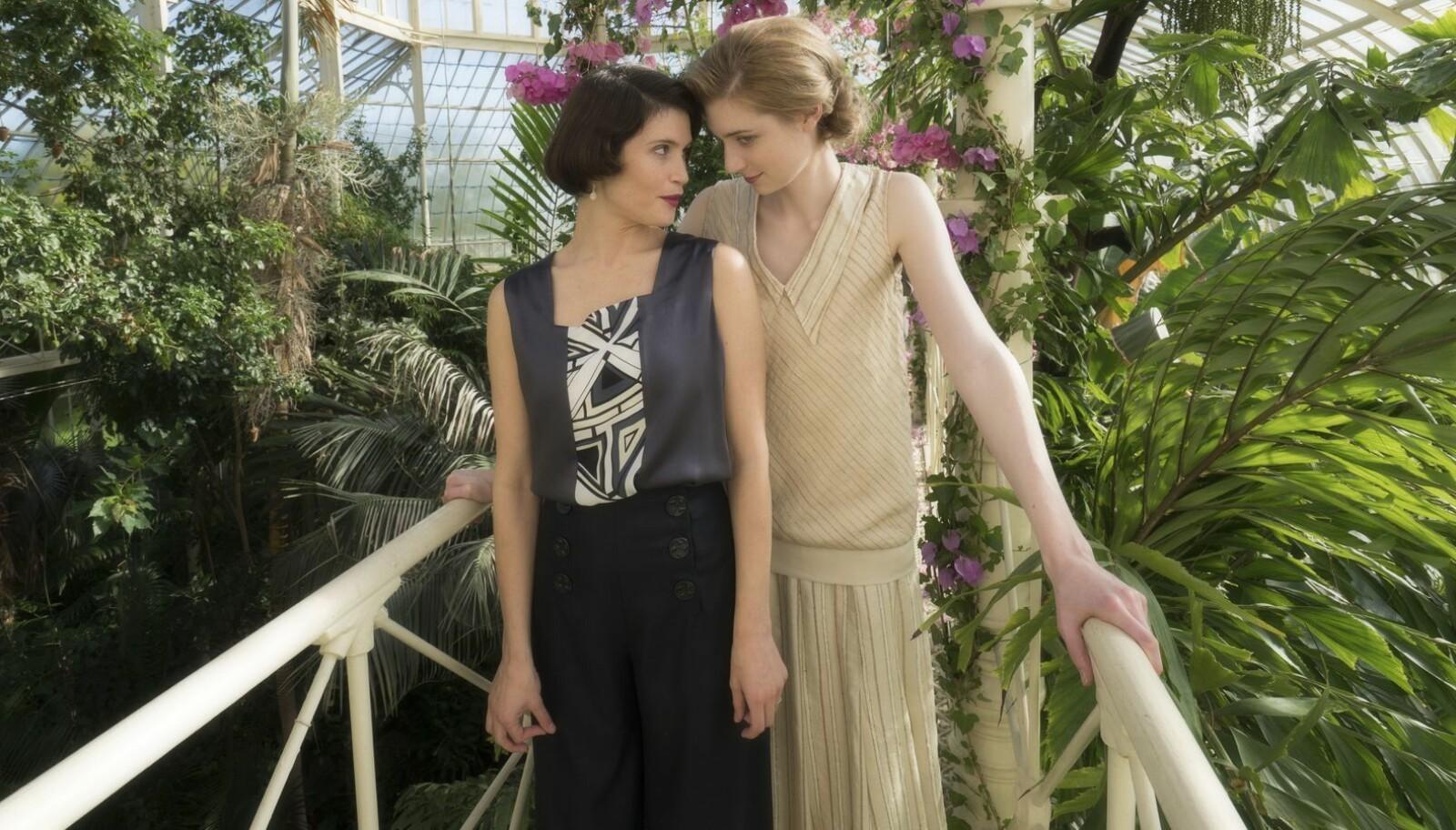 Gemma Arterton spiller Vita Sackville-West (t.h.) og Elizabeth Debicki har rollen som Virginia Woolf. Isabella Rossellini spiller Lady Sackville, mora til Vita.