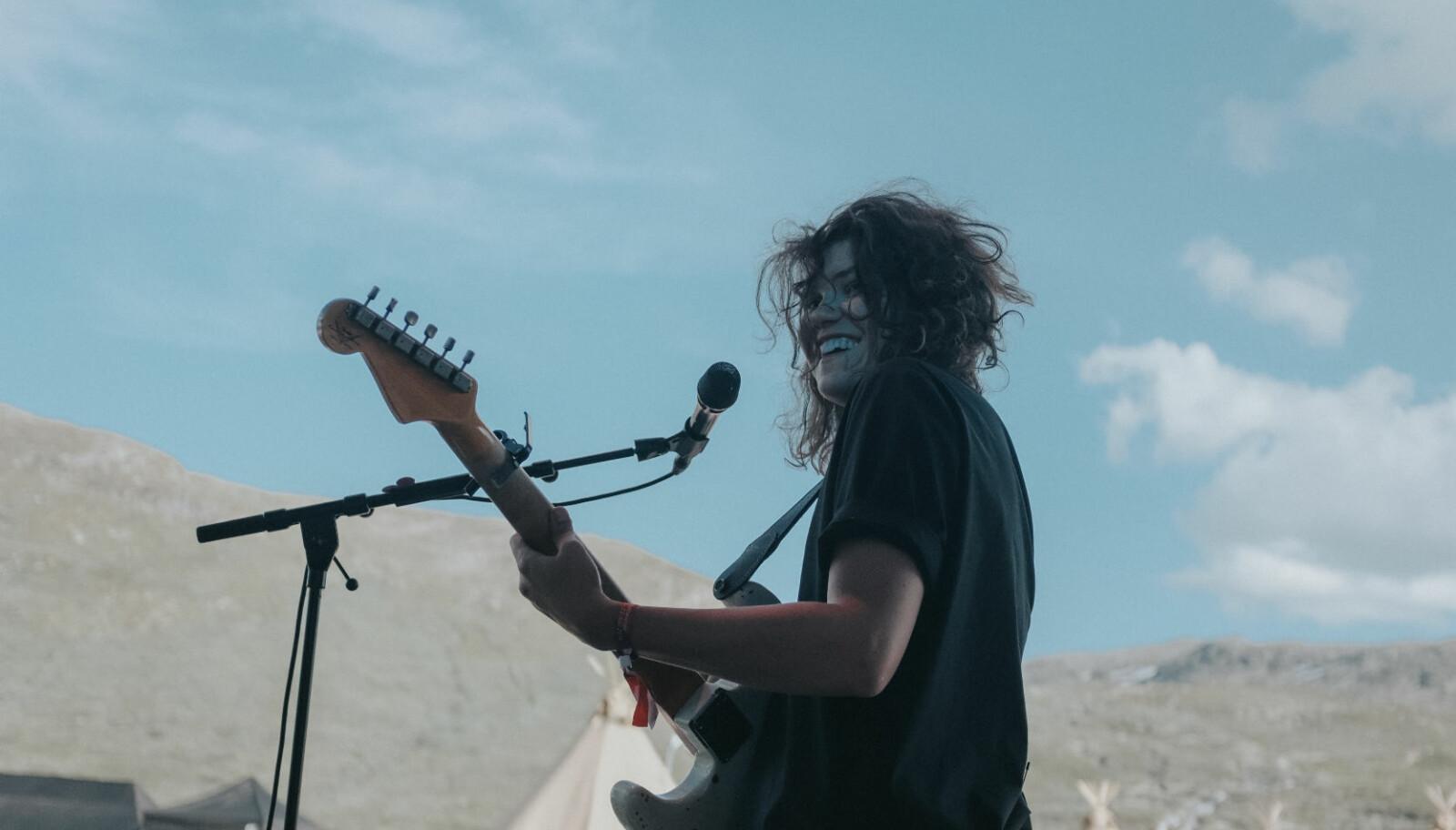 Etter debutalbumet «Snow» i 2015, Spellemanns- og P3 Gull-nominasjoner og over hundre konserter, tvang sene- betennelse i begge armer henne til å pakke bort gitarene. I fjor høst kom Fay Wildhagen tilbake med albumet «Borders».