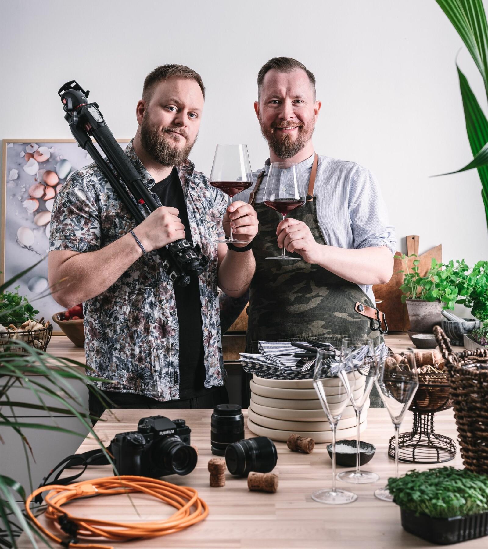Samboerparet Mats Dreyer og Jan Ivar Nykvist som har gitt ut flere kokebøker sammen, driver også fotostudioet Oktopus der de styler mat og tar bilder av den.