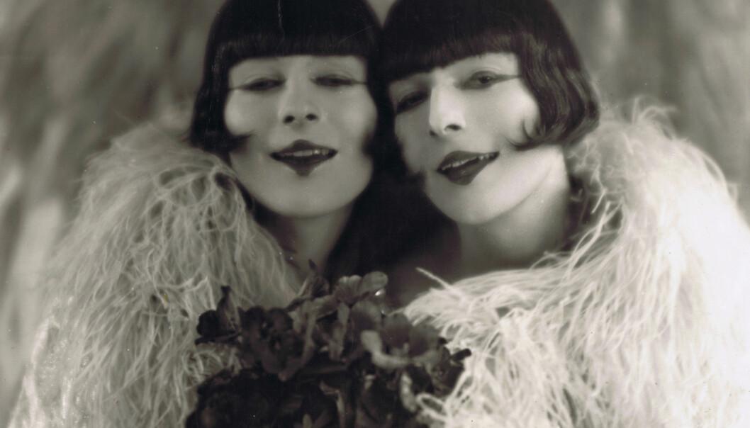Med flytende kjønnsuttrykk, uvisse seksuelle preferanser og ekstremt gode utseende, ble Leif og Paal Roschberg populære både blant menn og kvinner.