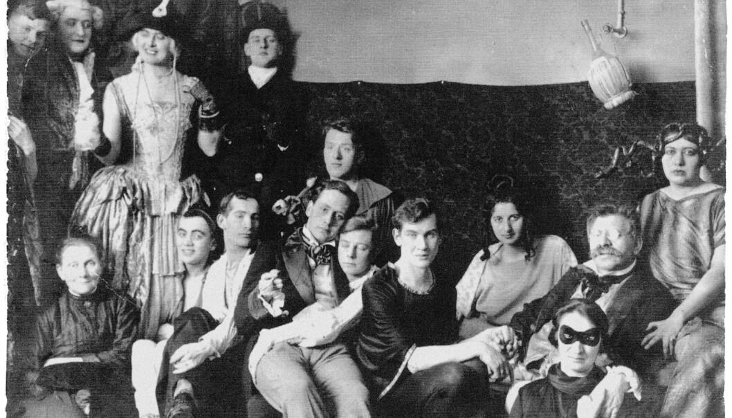 Magnus Hirschfeld (til høyre med briller og buskete mustasje, holder hånden til kjæresten Karl Giese) på en kostymefest ved Institute of Sexual Research, 1920.
