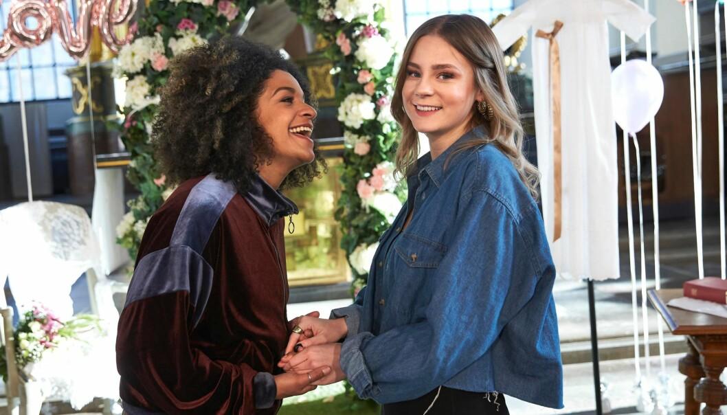 Angelika Pricks og Molly Nutleys rollefigurer gifter seg i tv-serien «Bröllop, begravning och dop».