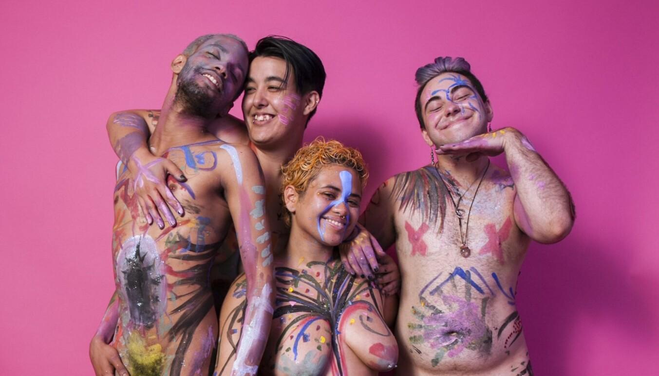 Transpersoners syn på egen kropp kan være trøblete. Fotografen Landyn Pan har selv kjent på ubehaget og bestemte seg for å arrangere «naked paint parties».