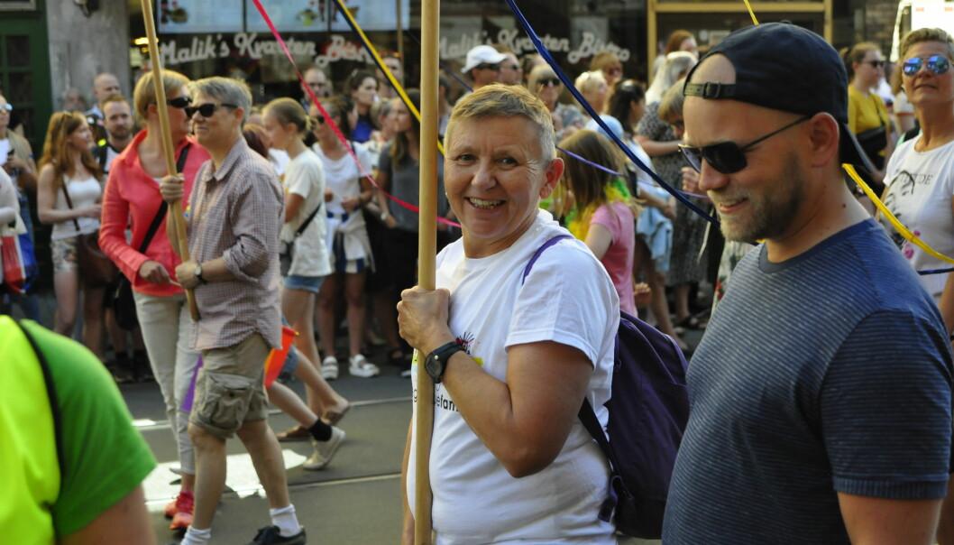 Mona Hovland Jakobsen er mor til to døtre og har vært styremedlem i gruppa Regnbuefamilier i over 20 år. Nå overlater hun stafettpinnen til nye krefter.