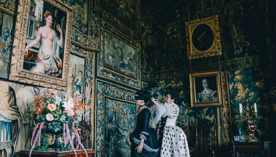 Kostymedramaet «The Favourite» har fått mye skryt for produksjonsdesigneren Fiona Crombies arbeid med interiøret i de enorme slottene, og for kostymene laget av den legendariske kostymedesigner Sandy Powell. Rachel Weisz (t.v) som Sarah Churchill og Olivia Colman som dronning Anne.