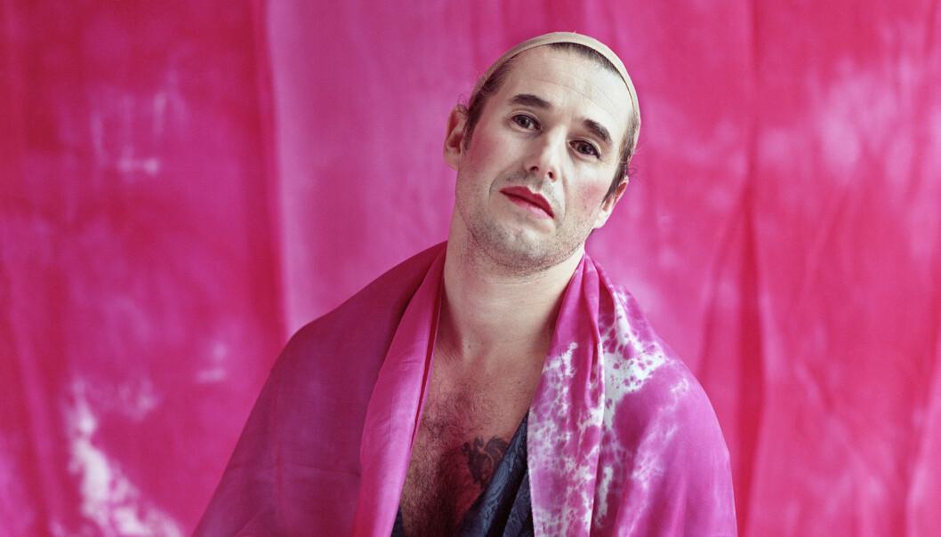 Eirik Del Barco Soleglad har rollen som konferansieren  på Kit Kat Club.