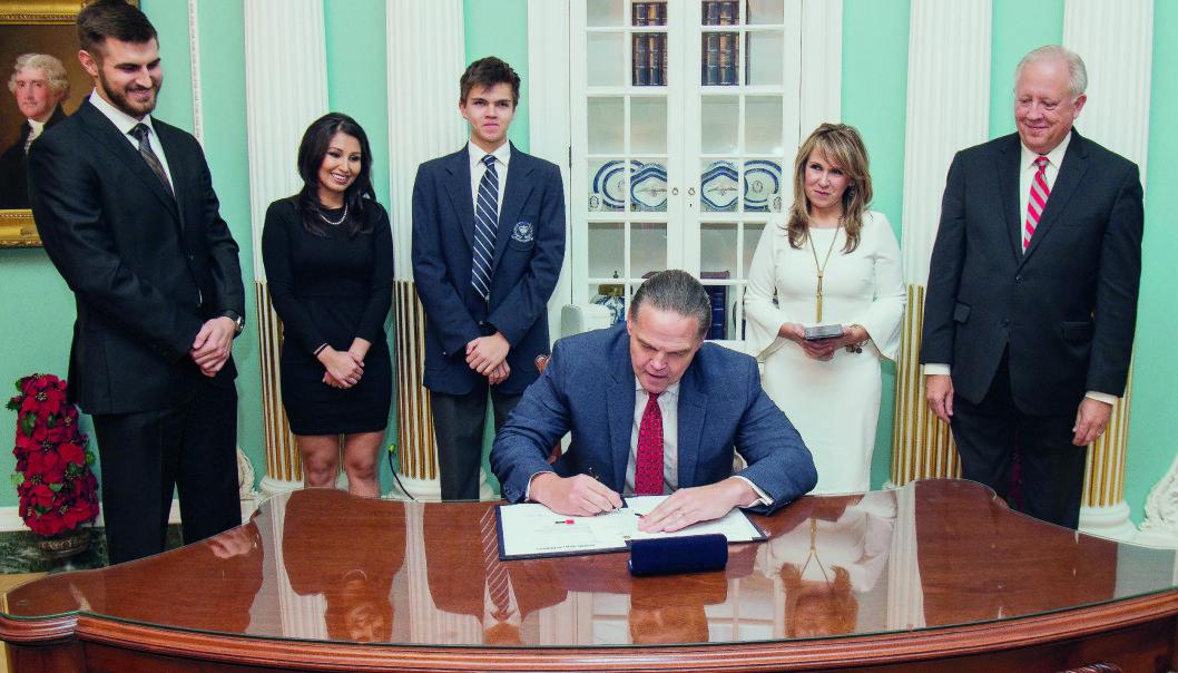 Amerikas  ambassadør til  Zambia, Daniel Foote signerer avtale i  forbindelse med sin innsettelse.