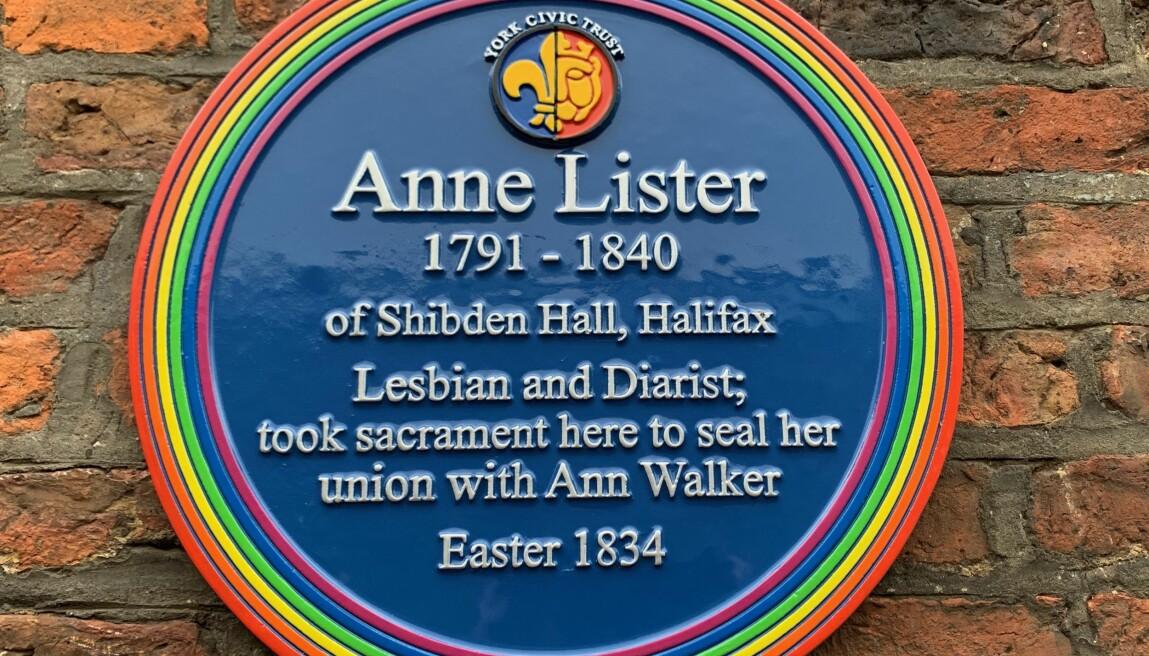 Denne blå plaketten henger utenfor Holy Trinity Church i York der Anne Lister inngikk det hun så på som et ekteskap,  med Ann Walker i 1834.