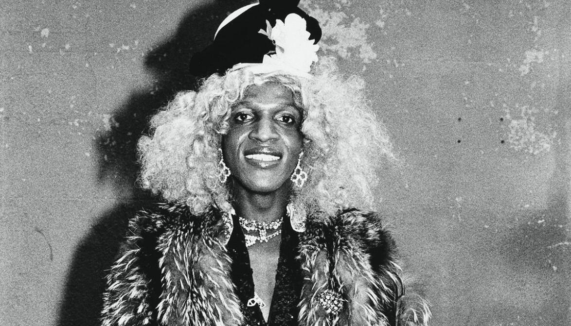 Marsha P. Johnson kalte seg for kvinne og brukte pronomenet «hun» om seg selv. P-en i navnet står for «Pay It No Mind»
