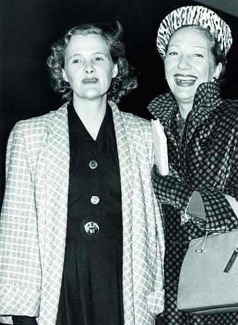 Daphne du Mauriers store kjærlighet var skuespillerinnen Gertrude Lawrence (t.h). Her  er de sammen på Waterloo stasjon  i London, 1948.