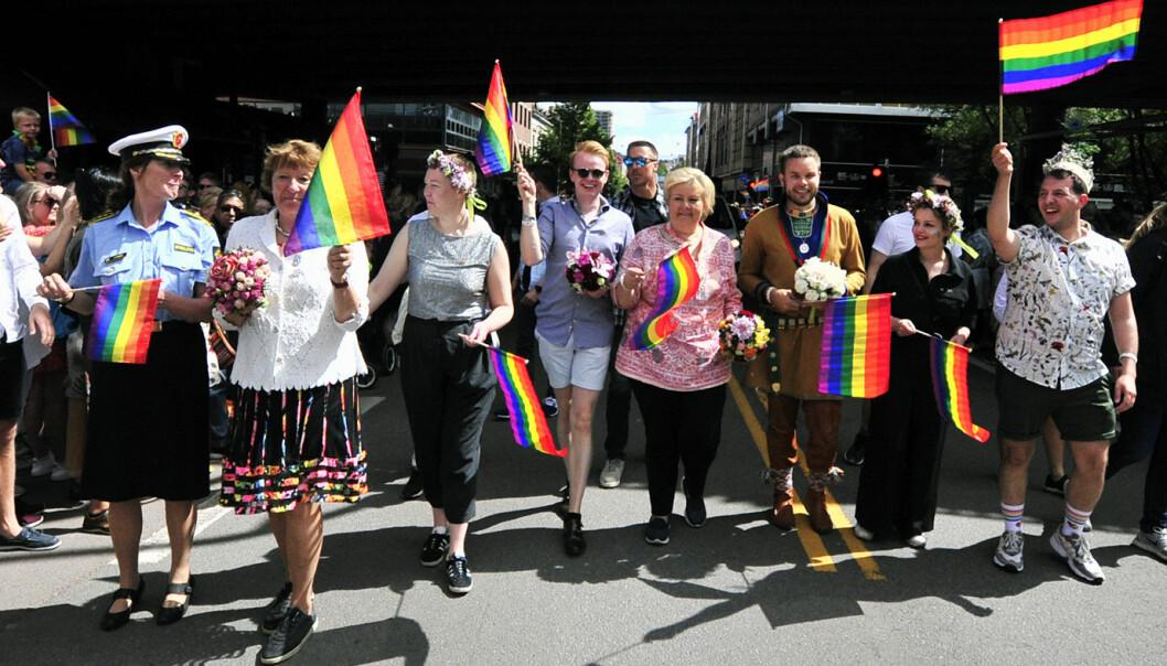 Fredrik Dreyer (nr. 4 fra venstre) og statsminister Erna Solberg i Oslo Pride-paraden i 2019.