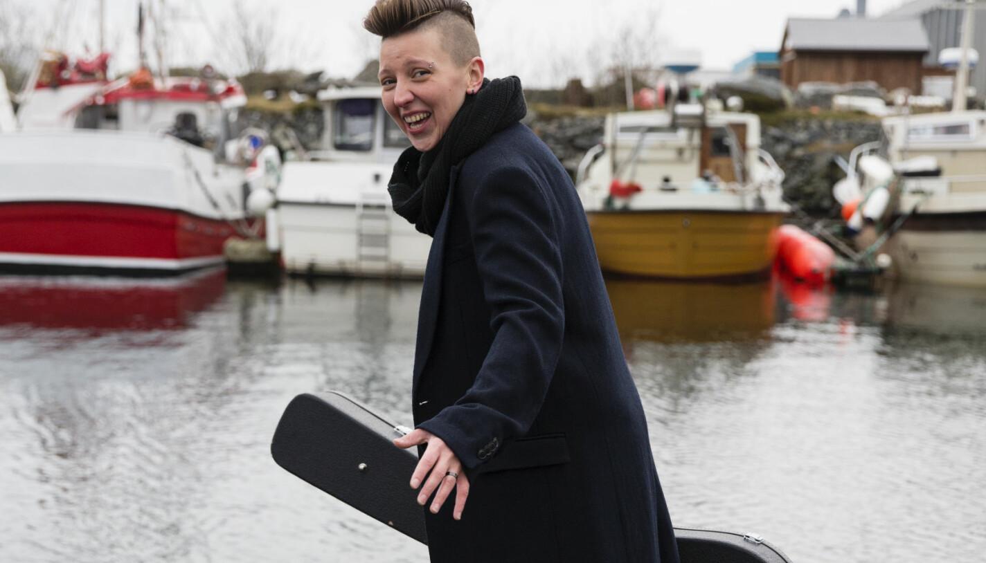 Mellom spillejobbene drar Lizz hjem til Kvamsøya og skriver nye låter. Selv sier hun at det er gjennom musikken hun uttrykker seg best.