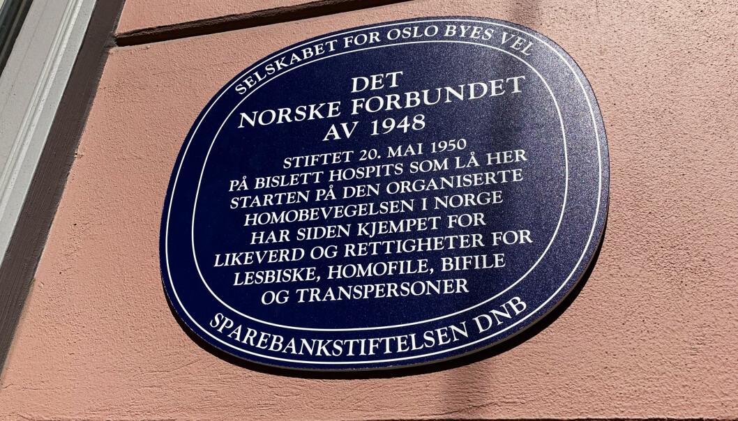 Dette var et midlertidig skilt som ble hengt opp i anledning 70-års dagen. I juni henges det permanente skiltet i blå emalje opp på fasaden til Dalsbergstien 21.