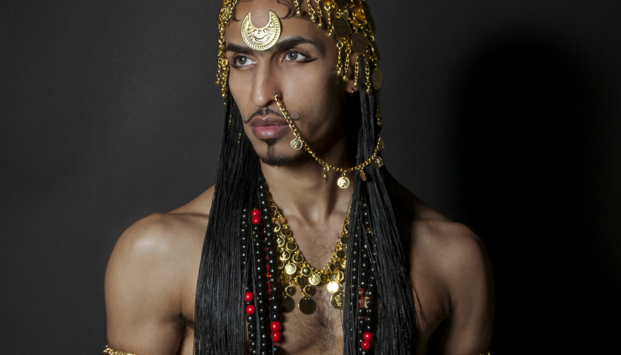Dette bildet er et verk som har sterke identitetssymboler i en sudansk kontekst. – Smykkene er eksklusivt for kvinner, bortsett fra halvmånen i panna, og er tabu for menn. Å bære det på en skeiv maskulin kropp  strider mot alt machomenn forventer av en mann,  forteller Ahmed Umar.