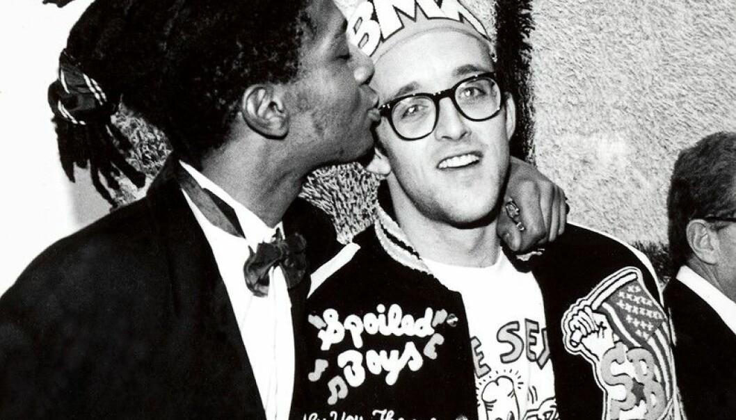 Begge var svært politiske, og opplevde en følelse av fremmedgjøring i Reagans Amerika - Keith Haring som homofil, og Jean-Michel Basquiat som svart. Her er de sammen på en vernissasje i New York i 1987.