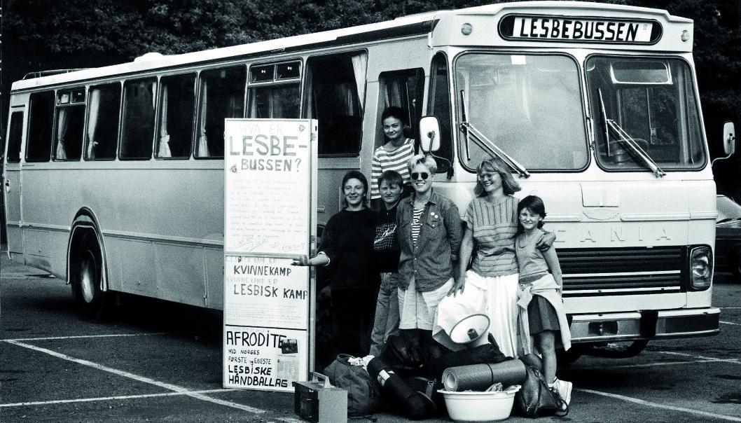 25. juli 1988 reiste 30 lesbiske fra Oslo ut på en landsomfattende Norgesturné i den knallrosa Lesbebussen. Blant dem var Monica Nyhus, Kjersti Andresen, Gerd Anny Gjengstø, Helle Nyhuus, May-Britt Stoen og Anne Søyland.